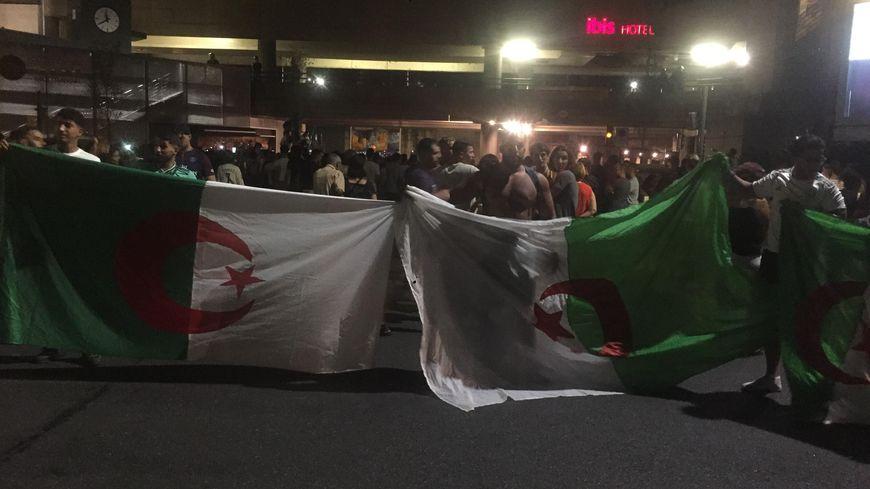 2000 supporters ont fait la fête dans les rues d'Avignon, près de la gare SNCF