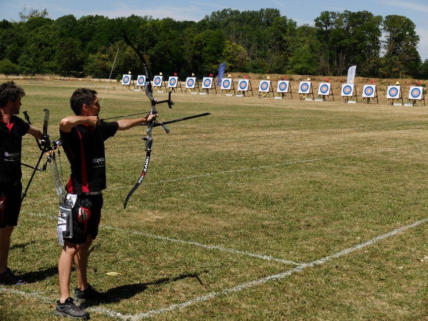 Les cibles sont situées à 70 mètres des archers. Ils doivent prendre en compte la distance, la force et la vitesse du vent, ainsi que l'ensoleillement de leur cible pour réussir leur tir.