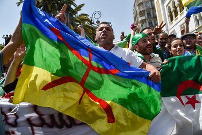 Les drapeau berbère et algérien côte à côte dans une manifestation le 21 juin à Alger. Le général Gaïd Salah, chef d'état-major, a mis en garde contre la présence du symbole amazigh.