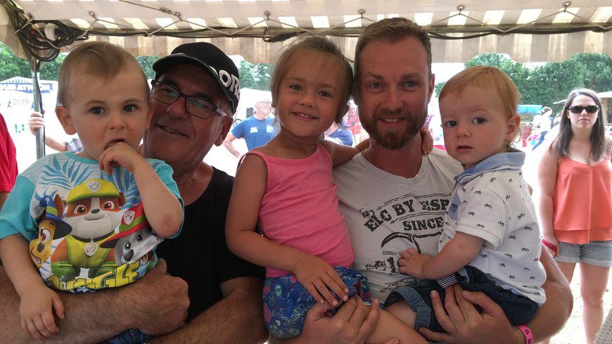 """Julien (au milieu), Liam (à droite) et toute la famille pour encourager pendant 24 heures les """"sportifs du dimanche""""."""
