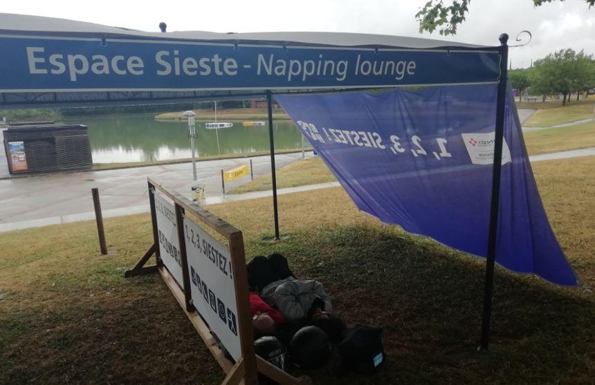 Des vacanciers profitent de l'espace dédié à la sieste sur l'aire de Port Lauragais, sur l'A61