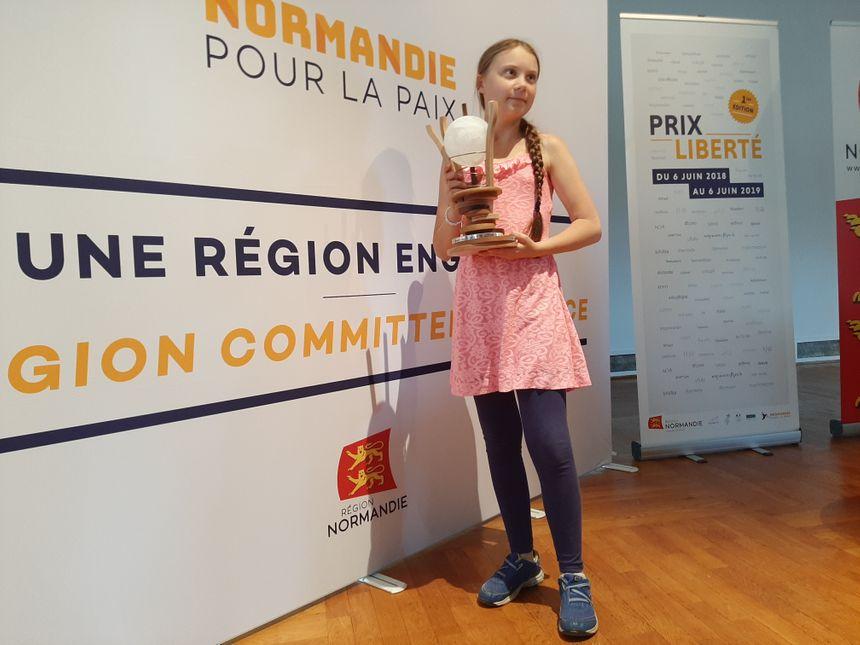 Greta Thunberg pose avec son Prix Liberté, fabriqué par des jeunes normands