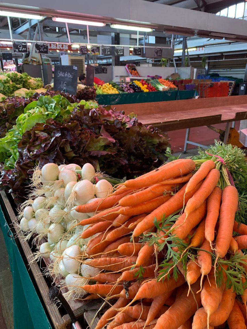 Un stand fruits et légumes du Marché couvert