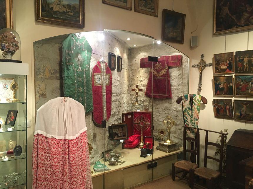 L'art sacré comprend les vêtements liturgiques.