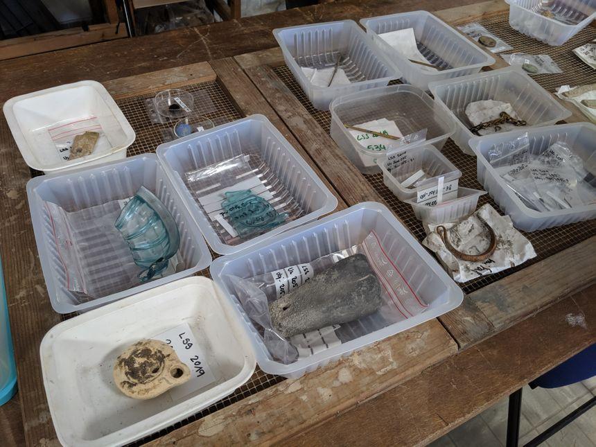 Une partie des trésors, très bien conservés grâce à l'eau présente sous terre, trouvés autour du chenal du site archéologique de Lattes.