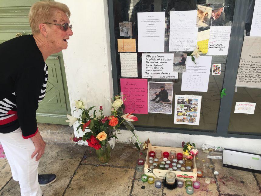 A l'endroit-même où Luciano passait ses journées, des photos, bougies et poèmes ont été déposés