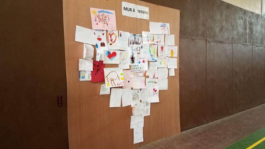 Des copains de classe de Malone ont réalisé ces dessins en sa mémoire et celle de sa famille.