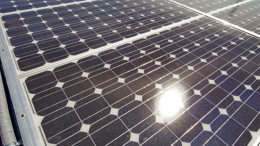 Les panneaux solaires aiment le soleil, bien sûr… mais pas la chaleur. Au dessus de 25°C ils sont moins performants.