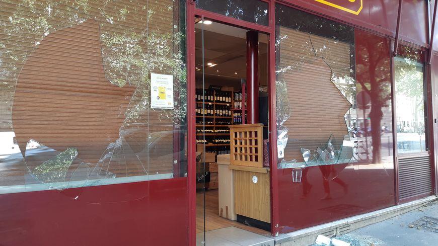 Plusieurs vitrines ont été détruites Avenue Wagram dans le secteur des Champs Elysées à Paris.