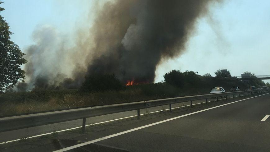 La fumée est visible depuis la RN 137 au sud de Rennes