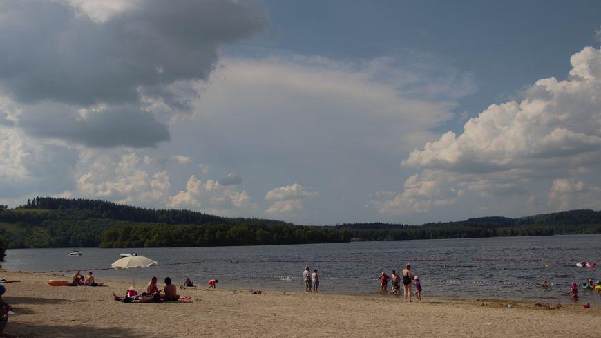 Sur les rives du lac de Vassivière, touristes et Creusois profitent de la chaleur pour mettre les pieds dans l'eau