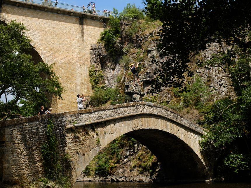 La maire de Pierre-Perthuis, Elise Villiers, s'élance à son tour au-dessus du Pont Vauban.