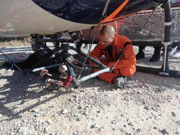 Les sapeurs-pompiers se sont entraînés à accrocher la corde qui permet à l'hélicoptère de pomper l'eau de la mer