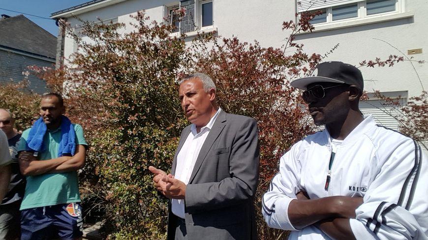 Bertrand affilé annonce que des travaux vont avoir lieu dans le gymnase où résident plusieurs centaines de migrants