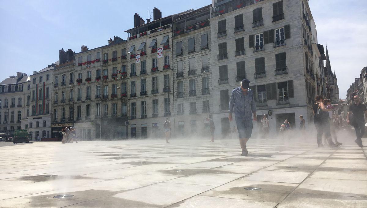 Bayonne: des brumisateurs d'eau sur la place de la liberté