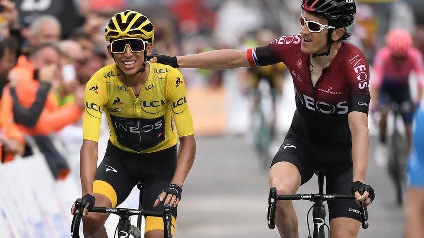 Sur la ligne d'arrivée, à Val Thorens, le maillot jaune Egan Bernal (à g.) félicité par Geraint Thomas (à d.), l'autre leader de l'équipe Ineos et précédent vainqueur du tour de France