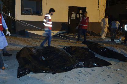 En pleine nuit mercredi, les secouristes s'occupent des quelque corps des quelque 80 migrants du centre de détention de Tajoura, à l'Est de Tripoli, tués lors d'un bombardement aérien.