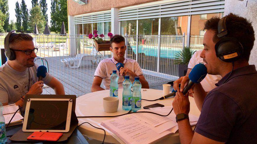 Lilian Calmejane premier invité de cette émission spéciale, ici avec Olivier Perrier le consultant vélo de France Bleu Occitanie et Julien Balidas