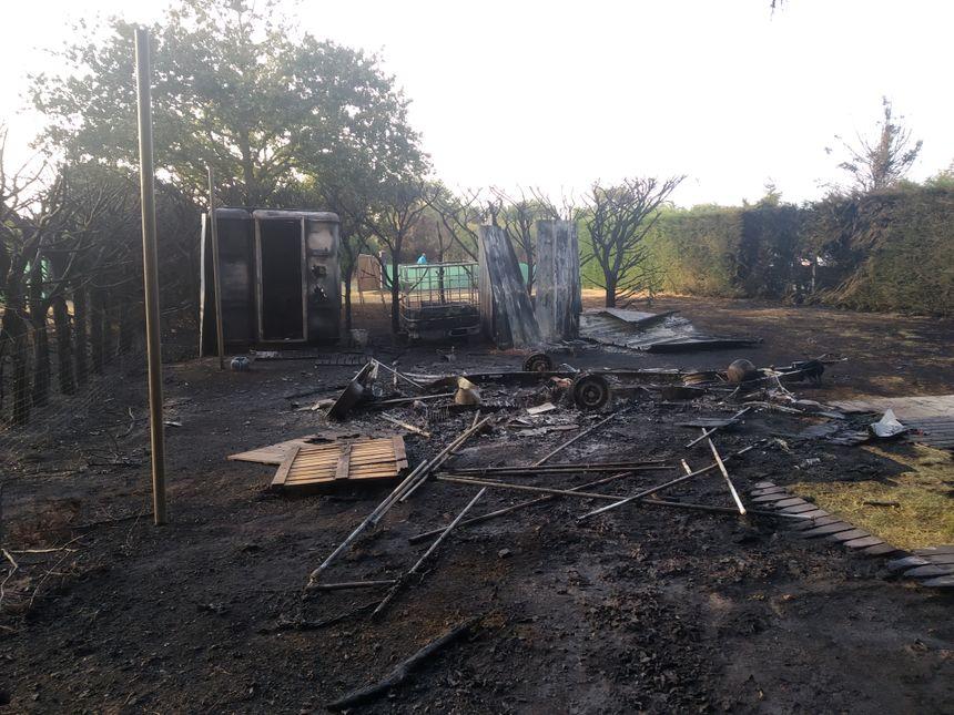 Une caravane et des abris entièrement détruits par les flammes