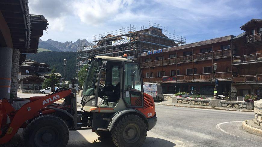Il y a plus d'engins de chantier que de touristes en ce mois de juillet à Courchevel 1650
