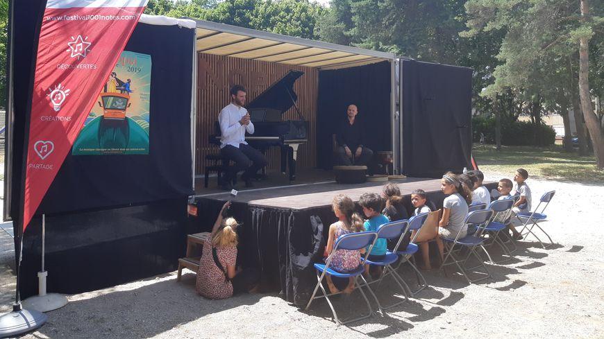 Un camion-scène s'est garé dans le quartier Beaubreuil pour faire un concert de musique classique