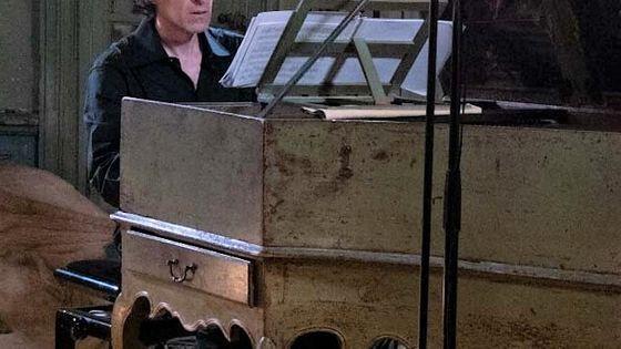 Frédérick Haas au clavecin interprétant des sonates de Scarlatti, au château d'Assas, dans le cadre du Festival Radio France Occitanie Montpellier, le 23 juillet 2018.