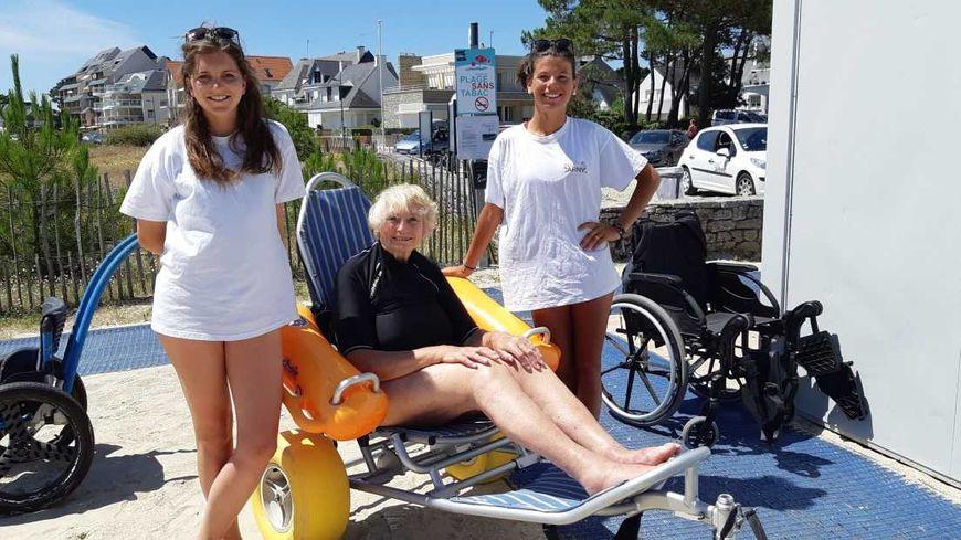 Monique, en vacances à Carnac, encadrée des 2 aides, Agathe et Kerra