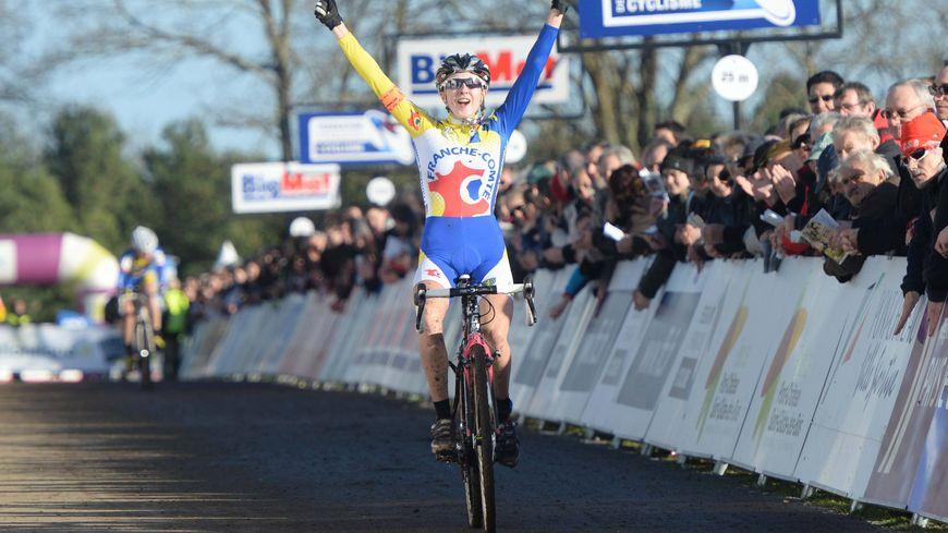 Championne de France Juniors de cyclo-cross en 2015 à Pontchâteau (44), la jeune Franc-Comtoise Juliette Labous continue sa superbe progression au plus haut niveau mondial