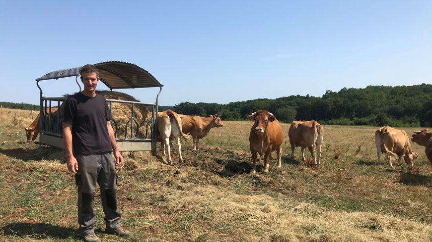 Pour que ses 80 vaches ne manquent pas de nourriture, Etienne Voisin leur donne du foin et prépare des stocks supplémentaires pour l'hiver.