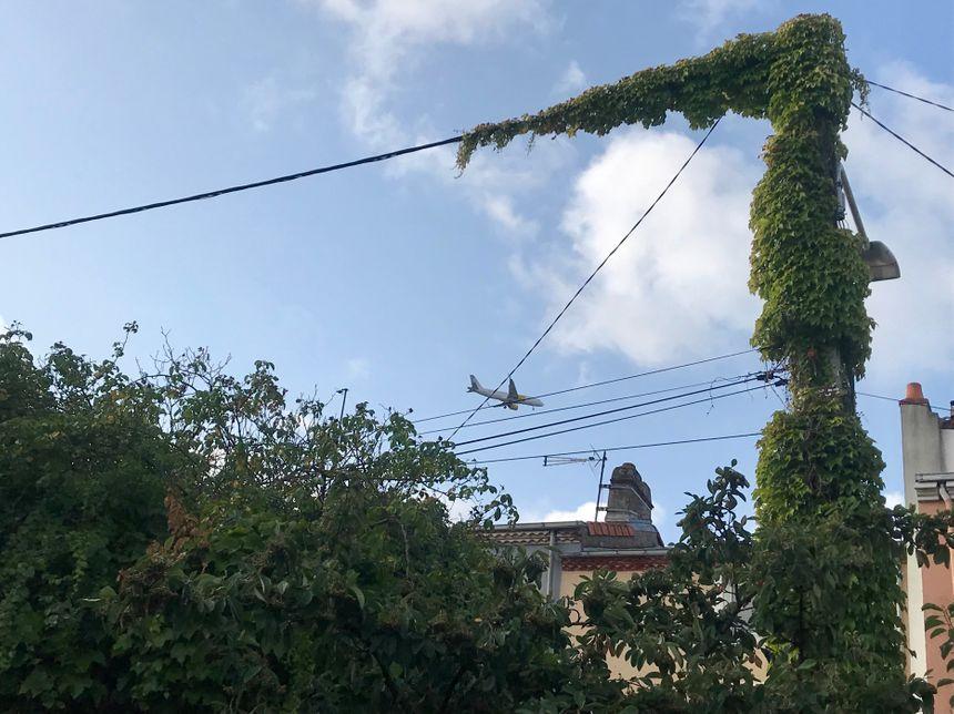 Un avion passe au dessus de Trentemoult, à Rezé, à 8h30 du matin.
