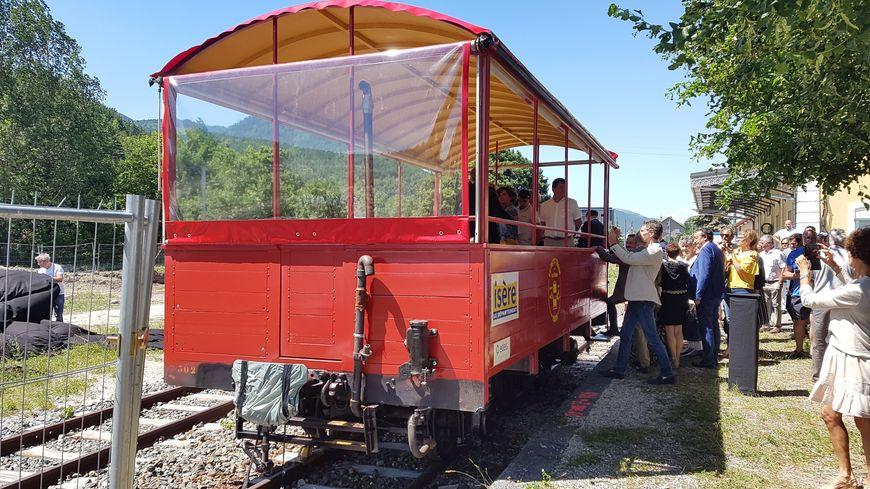 Un premier wagon du train de La Mure a été restauré et présenté ce weekend au public et aux élus.