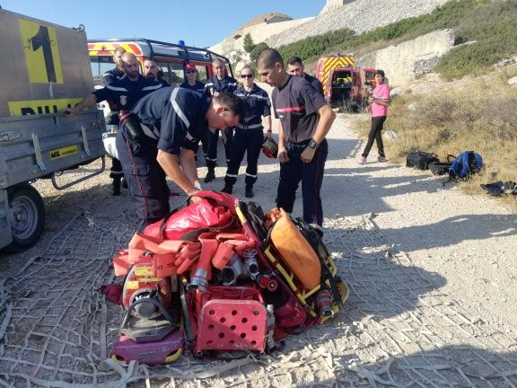 Des sapeurs-pompiers préparent le matériel emmené par l'hélicoptère.