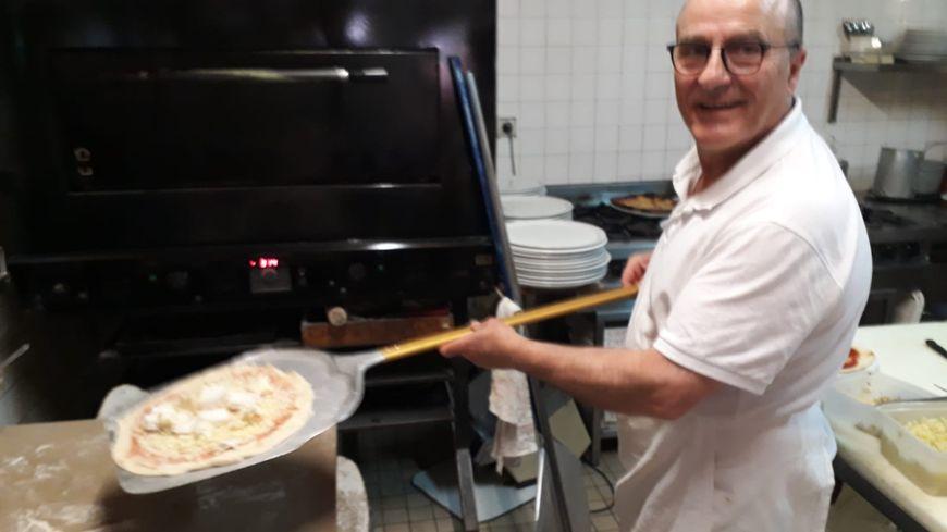 Gemino, un des gérants de l'Atrium, pétrit l'une de ses dernières pâte à pizza