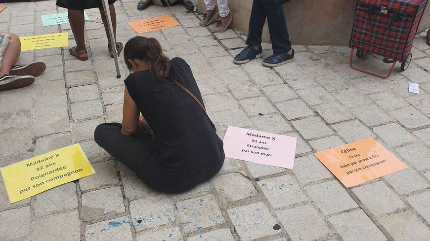 Sous le regard des passants, les membres de Femme solidaires de Dordogne rendent hommage aux 81 victimes de féminicides depuis le début de l'année 2019.
