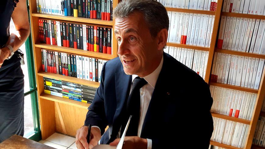 Nicolas Sarkozy Accueilli En Rock Star A Deauville Pour La Plus Forte Seance De Dedicaces De Son Livre En France