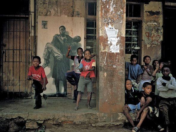 À Soweto, en 2002 , il colle des images de mères qui portent leur enfant mort du sida
