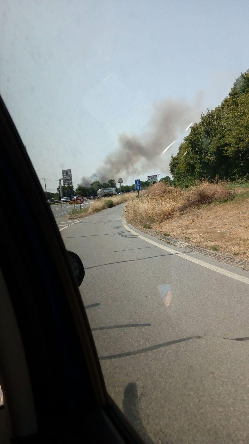 La fumée est visible depuis la rocade de Rennes