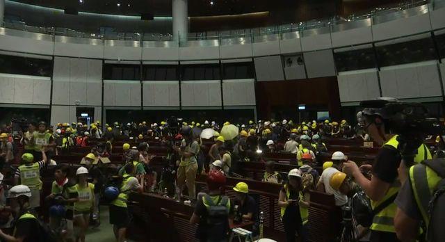 Les manifestants anti-gouvernement ont réussi à atteindre l'hémicycle du Parlement, sans rencontrer de résistance