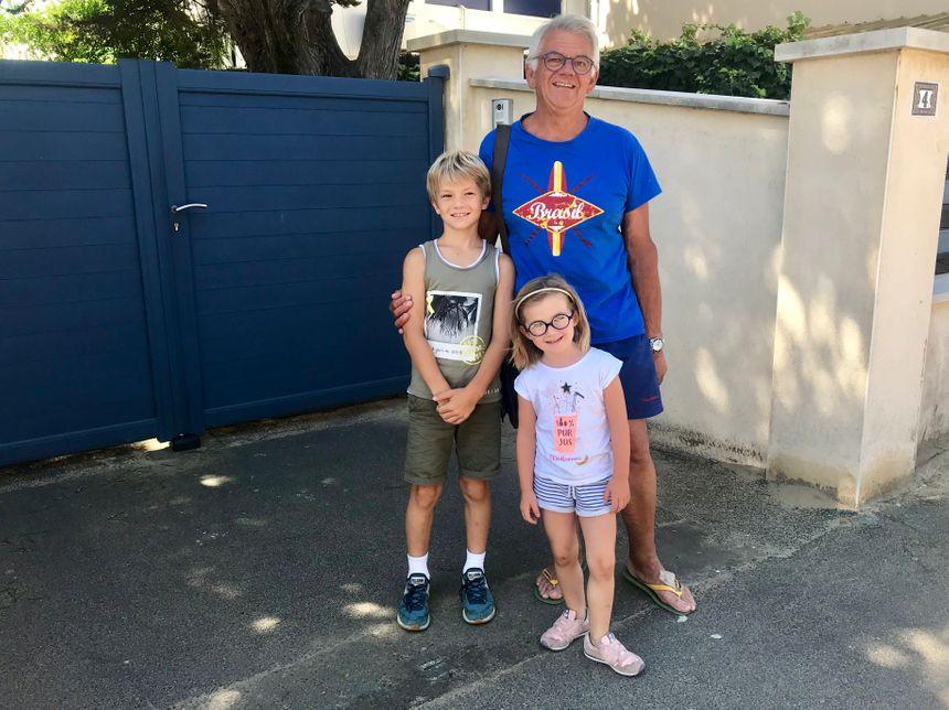 Patrick et ses deux petits-enfants Titouan et Juliette.