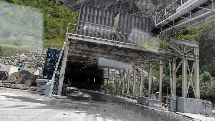 Le chantier du Lyon Turin a déjà commencé. A Saint-Martin-de-la-Porte en Savoie, les Alpes sont déjà creusées