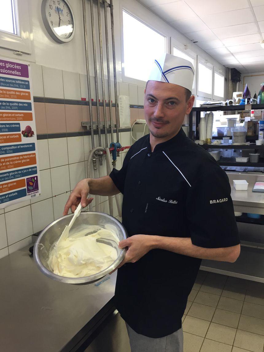 """Une glace vanille artisanale se reconnaît grâce aux """"petits points noirs"""" laissés par les gousses"""