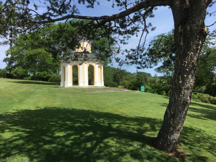 Le belvédère trône sur les hauteurs du parc floral d'Apremont