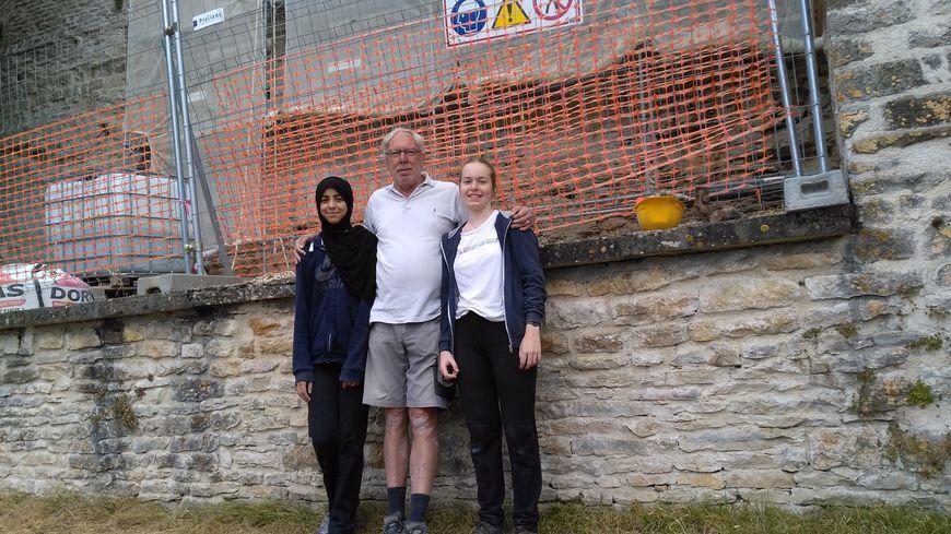 Myriam, Michel et Julie font partie des bénévoles qui travaillent actuellement sur le chantier des remparts à Vézelay