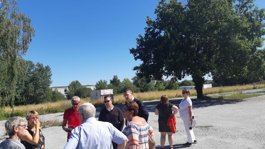 Le maire de Limoges et son équipe avec l'un des voisins du site qui pose problème