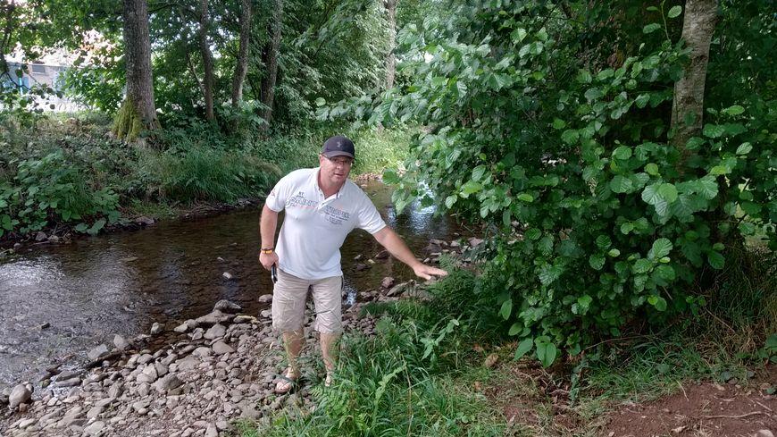 La rivière où Emmanuel Mauvilly a l'habitude de pêcher, la Madeleine, a perdu 50 centimètres d'eau
