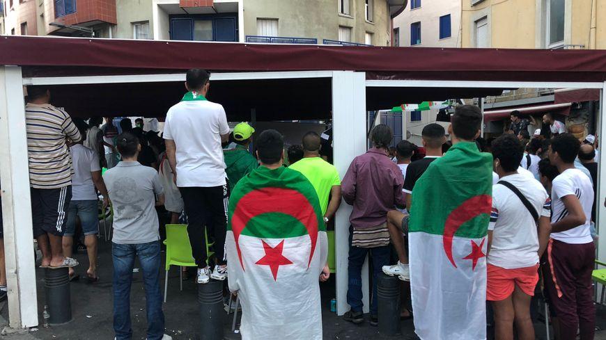 Des supporters algériens stressés devant la finale de la CAN