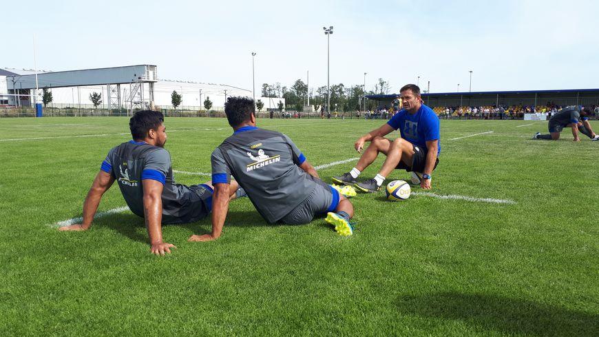 L'entraîneur de l'ASM Franck Azéma et ses joueurs.