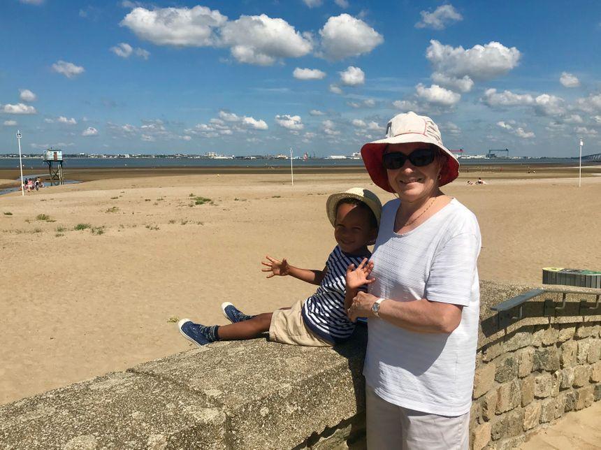 Solange et son petit fils Raphaël viennent voir la plage de Saint-Brevin-les-Pins.