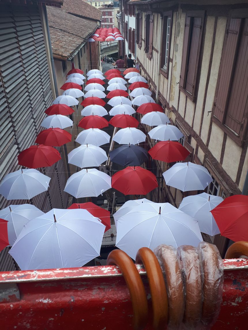 Deux nacelles ont servi à l'installation des 250 parapluies