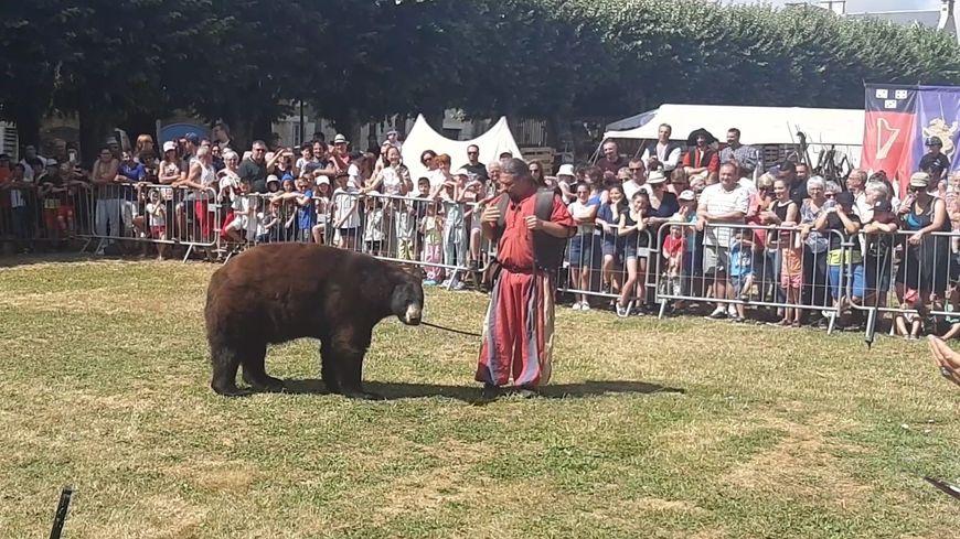 Frédéric Chesneau, dresseur animalier, et son ours Valentin à Lusignan ce dimanche 21 juillet.